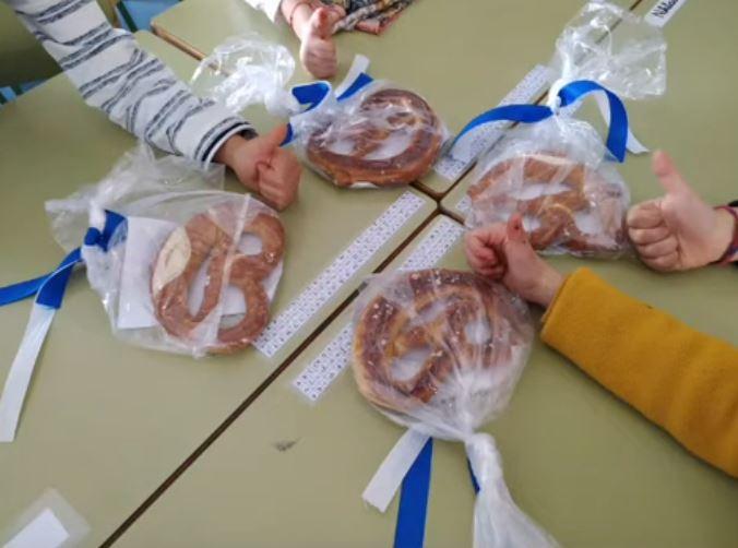 Brezel para los niños en tradicional fiesta alemana